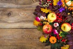 Arranjo da ação de graças com maçãs, folhas da queda, rosa e purp Fotografia de Stock