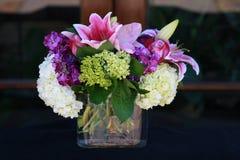 Arranjo da alfazema & de flor branca Fotografia de Stock Royalty Free
