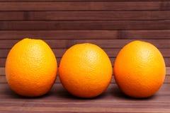 Arranjo da laranja isolado no fundo de madeira Foto de Stock Royalty Free