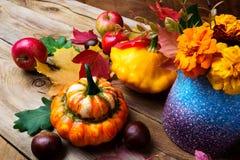 Arranjo da queda do feriado com abóbora, castanha e maçãs Fotografia de Stock