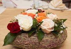 Arranjo da tabela com flores foto de stock