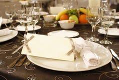Arranjo da tabela do casamento com convite em branco imagens de stock