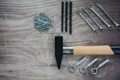 Arranjo das ferramentas sobre um painel de madeira Fotos de Stock Royalty Free