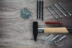 Arranjo das ferramentas sobre um painel de madeira Foto de Stock