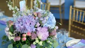 Arranjo das flores diferentes de cores diferentes, estando em tabelas para uma decoração do feriado filme