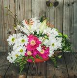 Arranjo de flor artístico com lírios e Marguerite Daisies branca imagens de stock royalty free