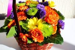 Arranjo de flor brilhante (ikebana) em uma cesta Imagens de Stock