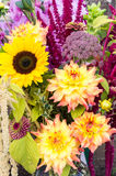 Arranjo de flor com flores frescas Fotografia de Stock Royalty Free