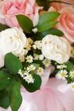 Arranjo de flor cor-de-rosa da cor com luz natural imagens de stock