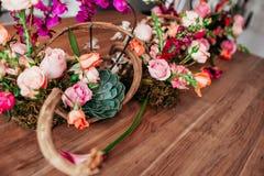 Arranjo de flor cor-de-rosa tabletop excelente fotos de stock