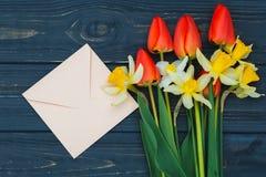 Arranjo de flor das tulipas e dos narcisos amarelos Imagem de Stock Royalty Free