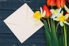 Arranjo de flor das tulipas e dos narcisos amarelos Foto de Stock Royalty Free