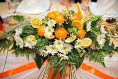 Arranjo de flor dos crisântemos e das laranjas Imagens de Stock