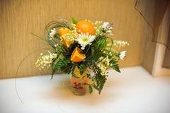 Arranjo de flor dos crisântemos e das laranjas Fotografia de Stock Royalty Free