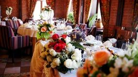 Arranjo de flor em um salão do banquete vídeos de arquivo