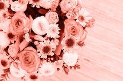Arranjo de flor em uma caixa da cor coral elegante imagem de stock