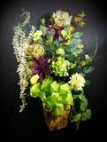 Arranjo de flor incrível com curva do verde-lima fotografia de stock