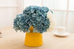 Arranjo de flor na garrafa na mesa de escritório da tabela Foto de Stock Royalty Free