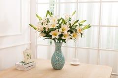 Arranjo de flor na mesa de escritório da tabela Fotos de Stock Royalty Free