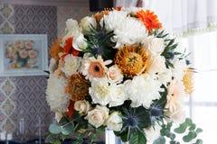 Arranjo de flor na tabela foto de stock