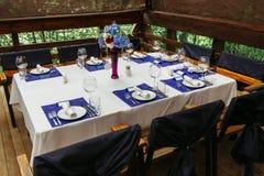 Arranjo de flor no casamento table-4 Composições florais com rosas frescas e as flores azuis Fotografia de Stock