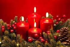 arranjo de flor vermelho da vela do 4o advento Fotos de Stock Royalty Free