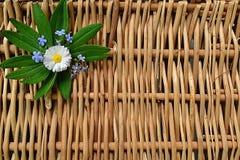 Arranjo de flores frescas em uma cesta imagens de stock royalty free
