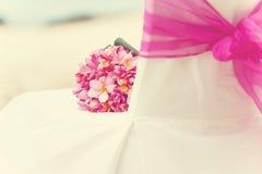 Arranjo decorado do casamento da cadeira na praia Fotografia de Stock