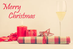 Arranjo do cartão de Natal com vela vermelha Fotos de Stock Royalty Free