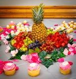 Arranjo do fruto e do queque com peça central do abacaxi Fotos de Stock Royalty Free