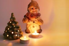 Arranjo do Natal Boneco de neve do Natal, velas e árvore de Natal Velas da queimadura imagens de stock