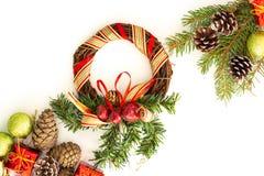 Arranjo do Natal com galhos do pinho, cones fotos de stock