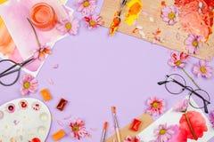 Arranjo do quadro de Flatlay com arte e fontes estacionárias fotografia de stock