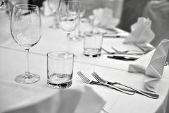 Arranjo elegante da cutelaria na tabela de jantar Fotografia de Stock Royalty Free