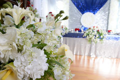 Arranjo elegante de velas da American National Standard das flores Fotografia de Stock Royalty Free
