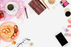 Arranjo flatlay bonito com xícara de café, os waffles quentes com creme e morangos, o smartphone com copyspace e a C.A. da beleza Imagens de Stock