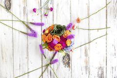 Arranjo floral colorido com hortênsias e rosas fotografia de stock
