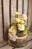 Arranjo floral da Páscoa no fundo de madeira Fotos de Stock