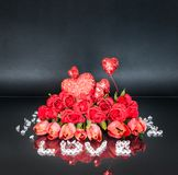Arranjo floral do dia do ` s do Valentim com um ` do AMOR do ` de Diamond Inscription fotografia de stock royalty free