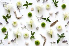 Arranjo floral no fundo branco Fotografia de Stock