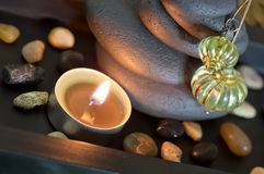 Arranjo oriental dos termas com vela e pedras no preto Foto de Stock Royalty Free