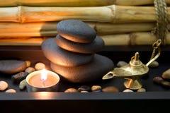 Arranjo oriental dos termas com vela e pedras no preto Imagens de Stock Royalty Free