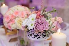 Arranjo para a tabela com flores e velas Imagens de Stock