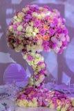 Arranjo romântico em uma tabela festiva foto de stock royalty free