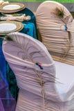 Arranjo rom?ntico em uma tabela festiva fotografia de stock royalty free