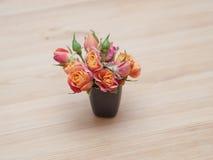 Arranjo simples das rosas alaranjadas fotografia de stock royalty free