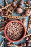 Arranjo soletrado da grão na bacia da cerâmica imagem de stock