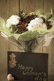 Arranjo Vernal colorido do ramalhete das flores do dia da mulher de março no vaso - cartão Fotos de Stock Royalty Free
