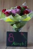 Arranjo Vernal colorido do ramalhete das flores do dia da mulher de março no vaso - cartão Fotos de Stock