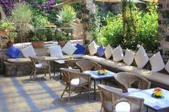 Arranjos exteriores do assento do café do restaurante Imagem de Stock Royalty Free
